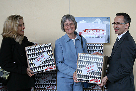 Holding signature boxes with Muriel Arnal and Christa Blanke